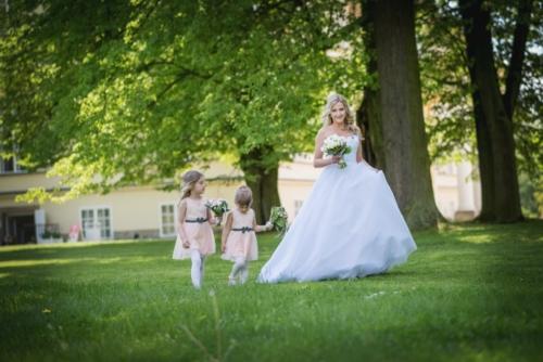 svatby-v-zameckem-parku-01