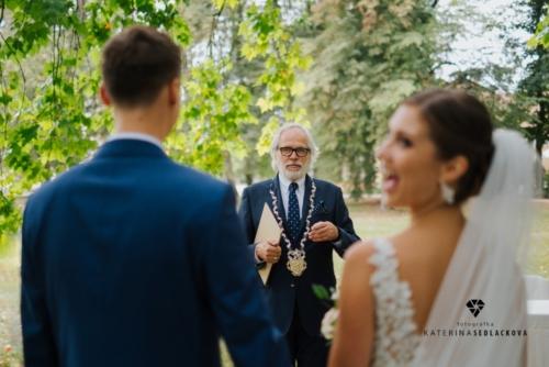 svatby-v-zameckem-parku-16