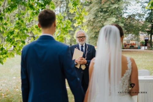 svatby-v-zameckem-parku-17