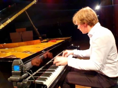 klavirista-matyas-novak-zahraje-osudovou-01