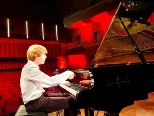 klavirista-matyas-novak-zahraje-osudovou-02