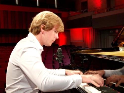 klavirista-matyas-novak-zahraje-osudovou-03