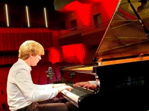 klavirista-matyas-novak-zahraje-osudovou-05