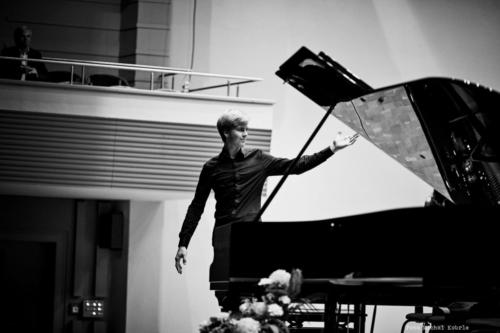 klavirista-matyas-novak-zahraje-osudovou-06