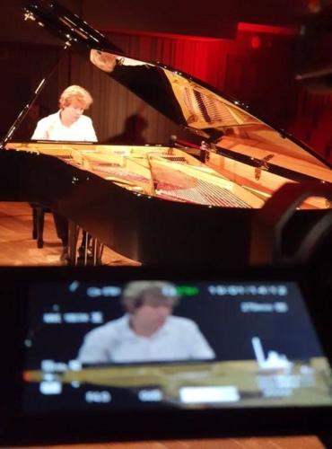 klavirista-matyas-novak-zahraje-osudovou-09